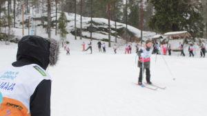 Barn åker skidor