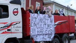 Ett gäng med abiturienter åker på ett lastbilsflak. En är utklädd till en panda, en annan till en elefant. Från flaket hänger ett lakan där det står: dom säger att inget är omöjligt, men vi har gjort inget i 3 år.