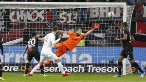 Lukas Hradecky sträcker sig till en räddning i Bundesligan.