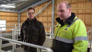 Raimo Parikka och en annan person i gul rock i reningsverket.