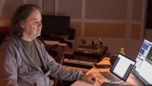 Äänisuunnittelija Tomi Dahlman äänittää Muumilaakso-jakson kuvailutulkkausta istuen tietokoneen edessä.