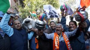 Hindunationalister firade att Indien hade bombat en terrorgrupp i Pakistan som anklagas för självmordsattacker mot indiska soldater i Kashmir.