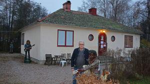 Ulf Nilsson i Floda framför huset där Jerry Scheff bor.