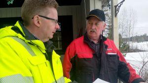 två män diskuterar