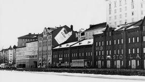 Tobaksreklam på hus i Helsingfors 1973.