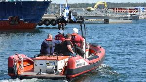 Sjöräddare åker iväg med båten ut till havs från Kasnäs gästhamn.