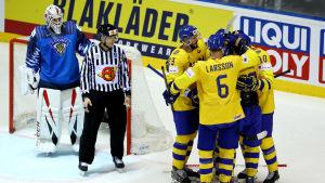 Tre Kronor firar ett mål bredvid Kevin Lankinen.