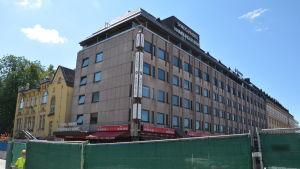 En bild på Hamburger Börs hotellet där en byggarbetsplats finns framför.