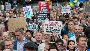 Spontana protester bröt ut bland annat i Manchester, Edinburgh och i London