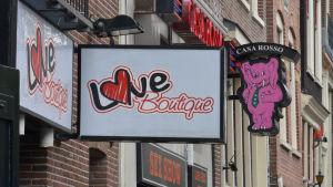 Bild på gatuskyltar i De Wallen i Amsterdam.
