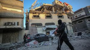 Milismän från Islamiska Jihad inspekterar kommendören Baha Abu al-Atas hus på tisdag morgon, efter att al-Ata dödats i en israelisk flygattack mot huset.