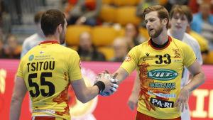 Cocks Aliaksandr Tsitou och Sasa Puljizovic klappar om varandra i hemmamatchen mot Grankulla IFK hösten 2019.