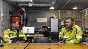 Kajaanin Romun Matti ja Niko Nyyssönen murskaamon toimistolla.