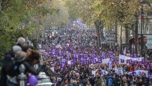 Tiotusentals människor demonstrerar mot våld mot kvinnor i Paris.