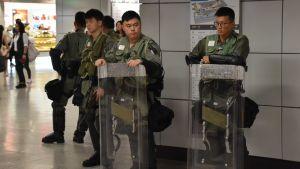 Kravallpolis som bevakar vallokal i Hongkong.