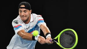 Jan-Lennard Struff slår en tennisboll.