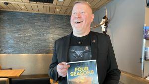 Four Seasons -elokuvafestivaalin projektipäällikkö Marko Karvonen nauraa tyytyväisenä.