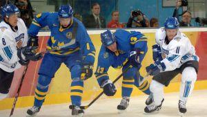 Koivu och Selänne kämpar om pucken mot två svenskar.