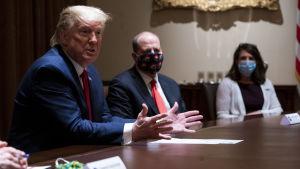 Donald Trump Valkoisessa talossa Coloradon kuvernöörin Jared Polisin kanssa.