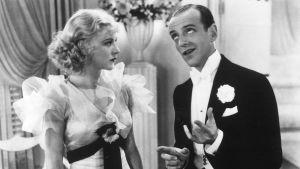 Ginger Rogers ja Fred Astaire iltapuvuissa. Kuva elokuvasta Continental - hupainen avioero