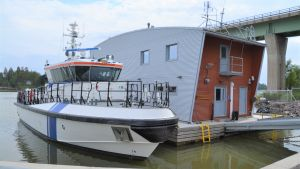 En båt utanför en byggnad.