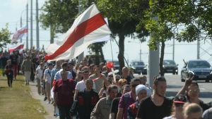 Demonstranttåg i Belarus som protesterar mot regimen.