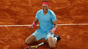 Rafael Nadal jublar på knä.