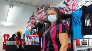Försäljaren Norma Valdivia i Trumpbutik i Miami.