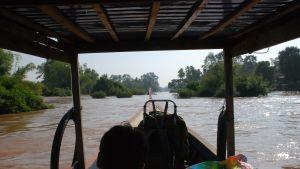 Mekong är som bredast norr om gränsen mellan Laos och Kambodja. Där snirklar floden sig fram genom en skärgård som består av hundratals små holmar och sandbankar.