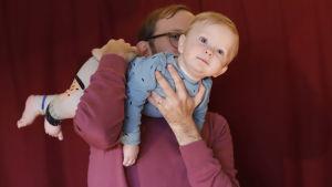 Soiva syli: isä lennättää lasta