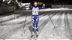 Anne Kyllönen åker i mål som etta på ankaretappen.