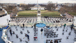 Förberedelser inför presidentceremonin. En massa stolar är utplacerade på säkerhetsavstånd från varandra