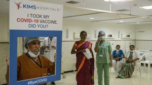 En sjukhusanställd håller upp en skylt dä det står att hen tagit coronavaccin och frågar om du gjort det.