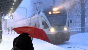 Ett närtåg på väg till Helsingfors i snöyra.
