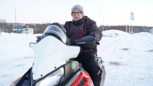 Mats Nyberg på en snöskoter.