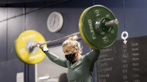 Anni Vuohijoki treenaa salilla.
