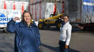Hanna Karlsson och Nina Borgström framför bygget av daghemmet i port arthur