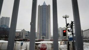 Gazproms skyskrapa i Moskava fotograferad en mulen vinterdag. I bildens förgrund syns ett metallstaket som stoppat obehöriga från att komma in på bolagets område.