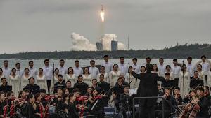 Symfoniorkestern från Xian, med kör, ackompanjerade uppskjutningen den 29 april.