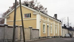 Ett hus vid en gata.