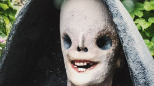 """Ett skräckinjagande leende på Veijo Rönkkönens staty """"Kuolema"""" i Parikkalan patsaspuisto."""