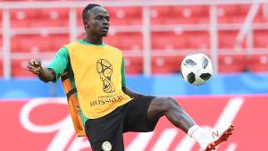 Sadio Mané tränar på VM-arenan.