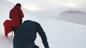 Två skidåkare på ett fjäll i Matokdalen, bakom molnen finns Blåbærfjellet.