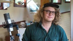 Felix Lybeck nauhoittaa asuntolaivalla folkmusiikkia