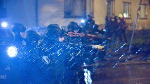 Polisen skjuter med gummikulor mot demonstranter i Helsingfors.