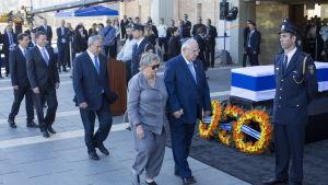 President Reuven Rivlin med hustru Nechama och premiärminister Benjamin Netanyahu vid Peres' kista 29.9.2016