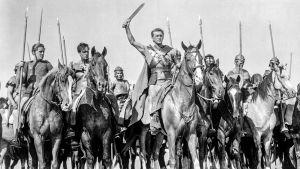 Kapinallisia elokuvassa Spartacus, keskellä Kirk Douglas