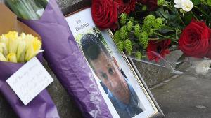 Blommor till minnet av den polis som dödades i terrorattacken i London i mars 2017
