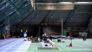 På tisdagen började arbetet med att bygga om idrottshallen Botniahallen till en konsertsal. Här ska man hålla festkonserter under Skolmusik 2017.