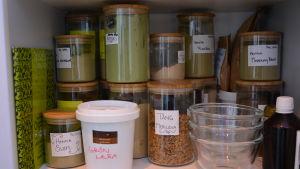 ett utbud av växtfärger som används inom ekologisk hårvård